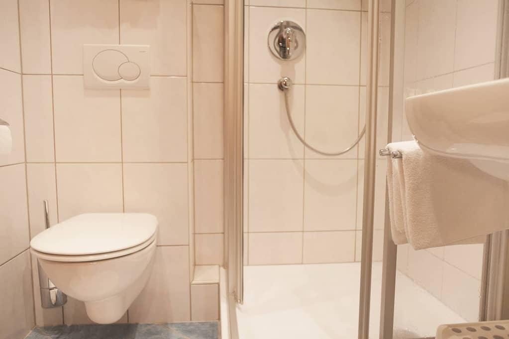 """""""Torstein"""" Badezimmer mit Dusche"""