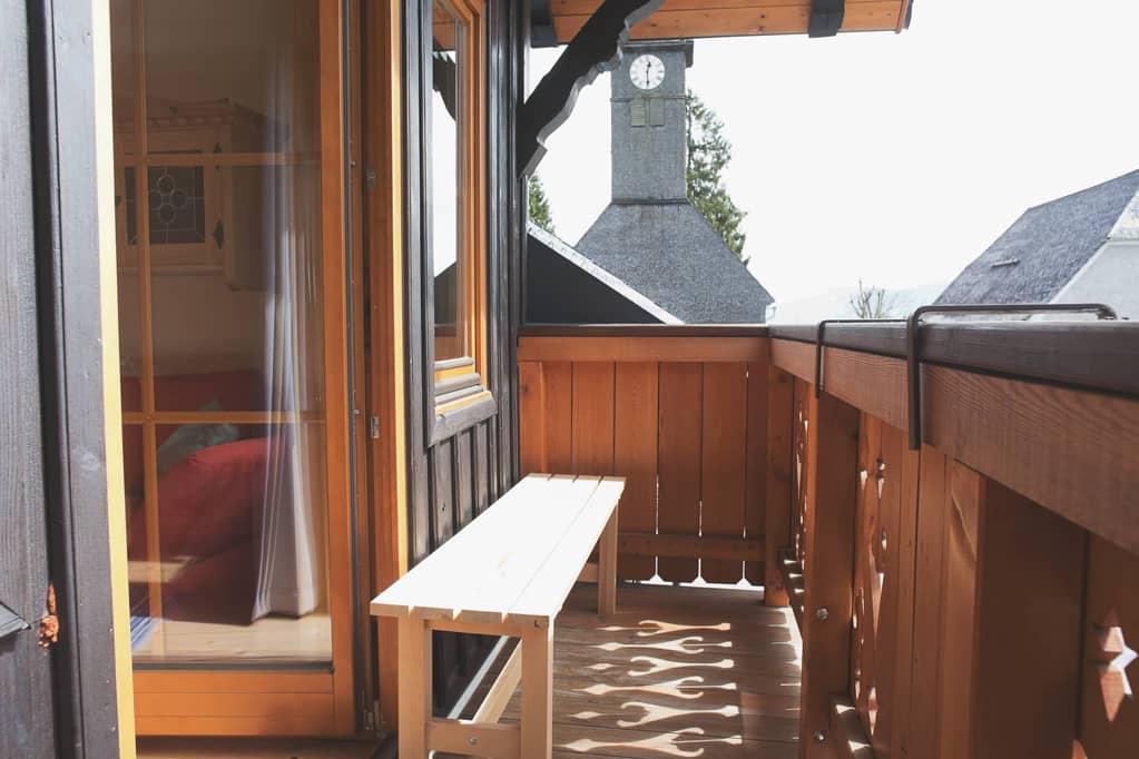 """Ramsau"" Balkon mit Blick auf Kirche"